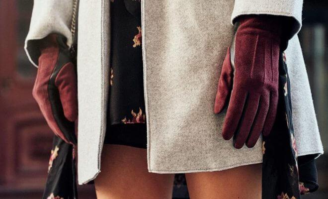 Czerwone, skórzane rękawiczki damskie do jasnego płaszcza