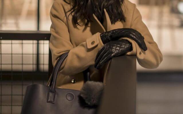 Ocieplane rękawiczki napoELEGANT z naturalnej jagnięcej skóry w kolorze czarnym.