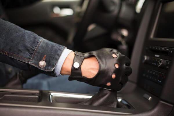 Czarne skórzane rękawiczki samochodowe
