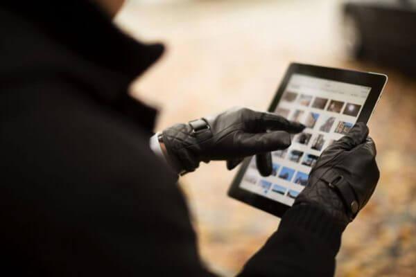 Obsługa tabletu za pomocą rękawiczek ze skóry z obsługą ekranów dotykowych